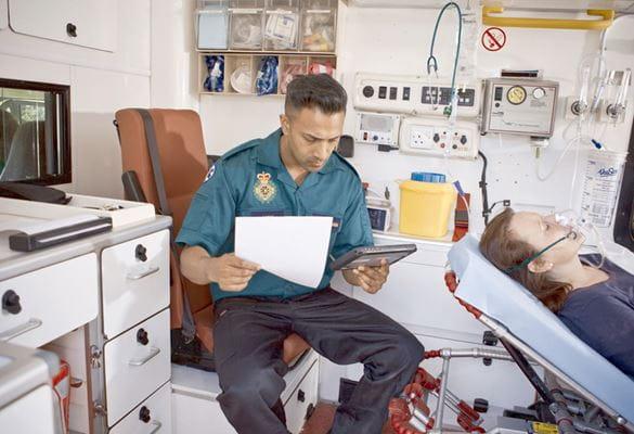 Personal sanitario de emergencias utilizando una impresora portátil PJ Brother