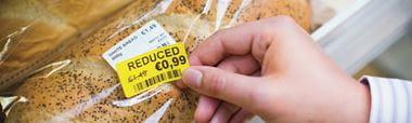 Etiqueta de precio amarilla Brother sobre pan