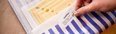 Etiqueta blanca Brother sobre paquete de queso