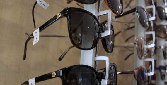 Gafas de sol con etiquetas de precio