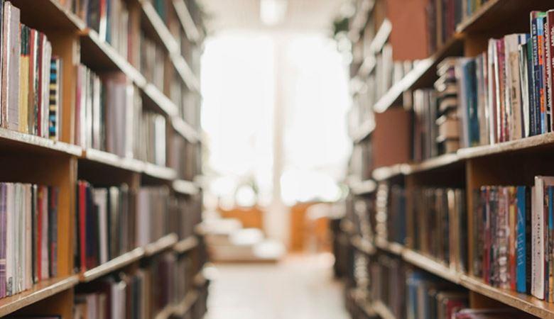 Pasillo de biblioteca con estantes con libros a los lados