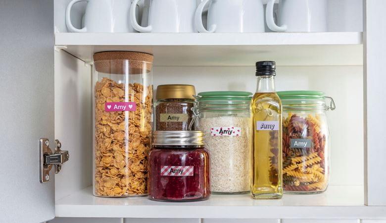 Botes de especias y salsas con etiquetas