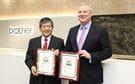 El Presidente de Brother Industries Ltd, Ichiro Sasaki, recibe los premios Pick Awards 2019 a manos de Gerry O'Rourke de BLI