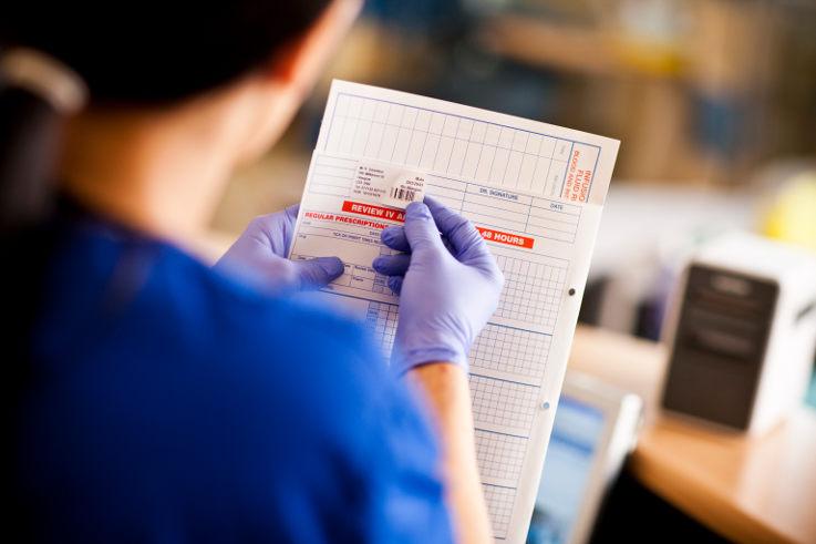 Sanitario utilizando etiquetas Brother en documentos