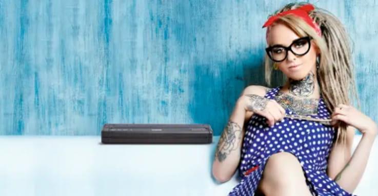 Chica tatuada junto a termocopiadora PJ Brother
