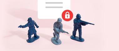 Trzech plastikowych żołnierzyków stojących na różowym tle chroni bezpieczny dokument w formacie PDF przed naruszeniem danych biznesowych
