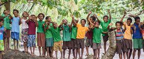 Brother earth-fotografi tatt av barn som leker i en landsby i regnskogen