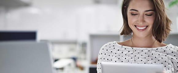 Kvinder der kigger på tablet/pc