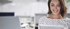 Kvinne som søker etter de siste Brother nyhetene og historiene på nettbrettet sitt