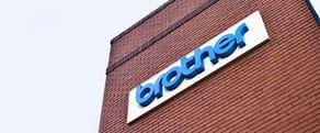 Sininen Brother-logo rakennuksen seinässä