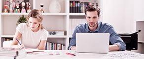 Muž a žena pracujúci v kancelárii