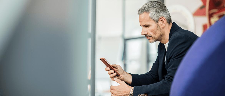 Muž s mobilom v ruke
