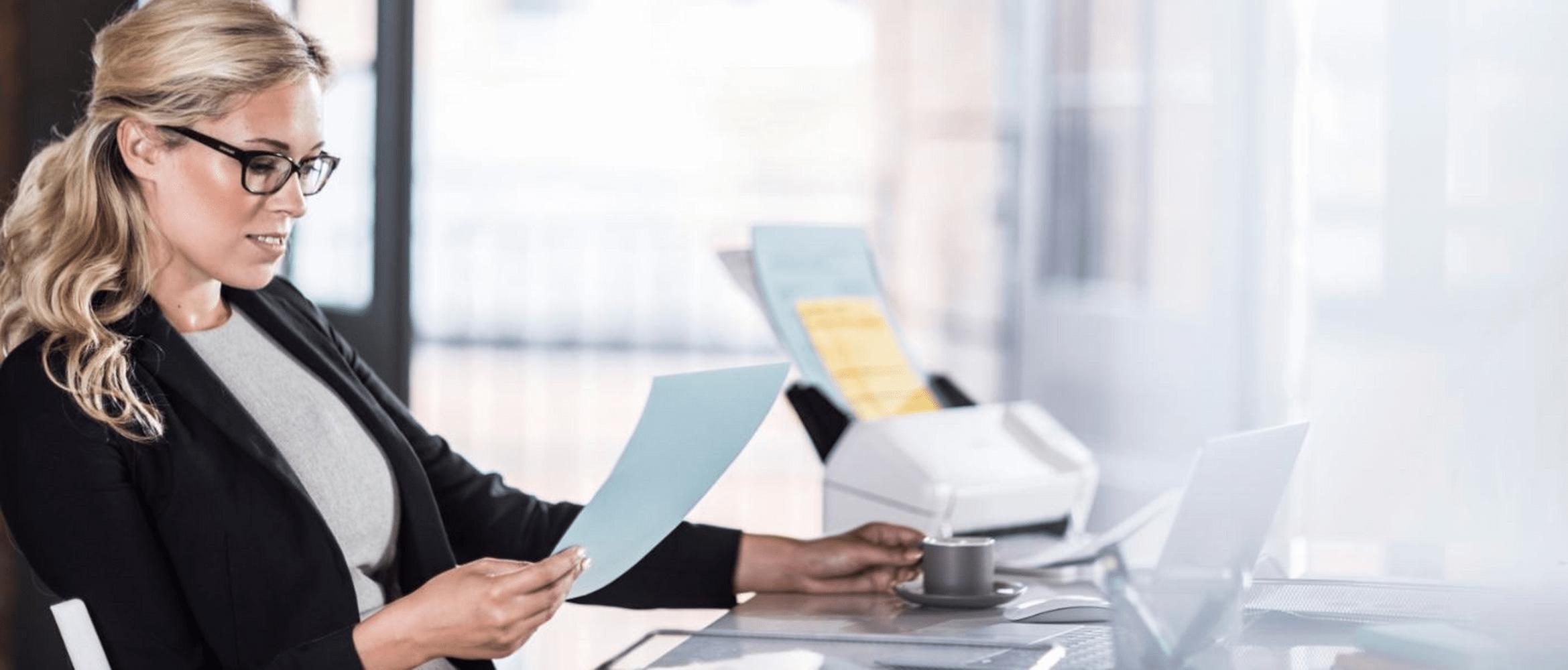 Žena v domácí kanceláři se skenerem dokumentů ADS-2200