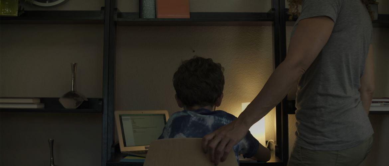 Anyuka segít a kisfiának a házi feladat készítésben
