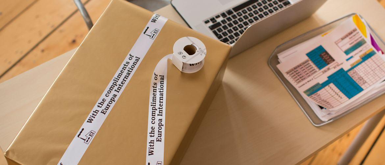 Merketape på en pakke