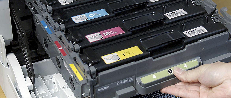 Persoana deschide imprimanta cu cartuse de toner