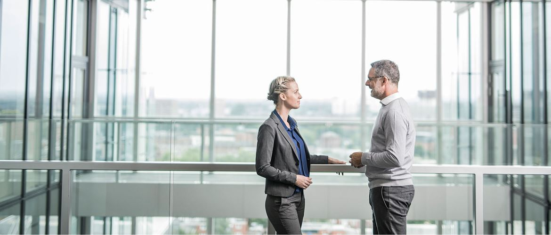 forretningsmøte mellom man og dame på et kontor