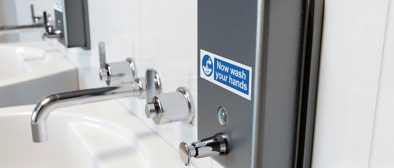 Dávkovač mydla v nemocnici označený odolným laminovaným štítkom Brother P-touch TZe