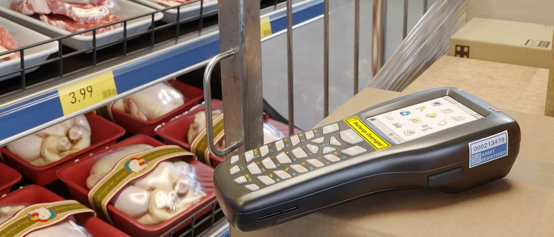Označenie skenera čiarových kódov a police s tovarom odolnými štítkami (TZe páska)