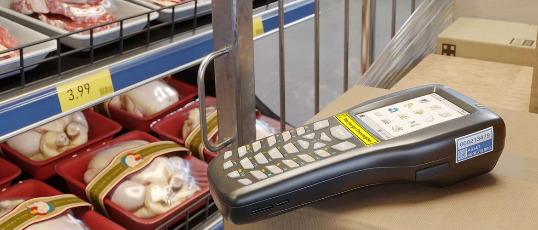 Postojane TZe-naljepnice na skeneru crtičnih kodova i rubu police s mesom