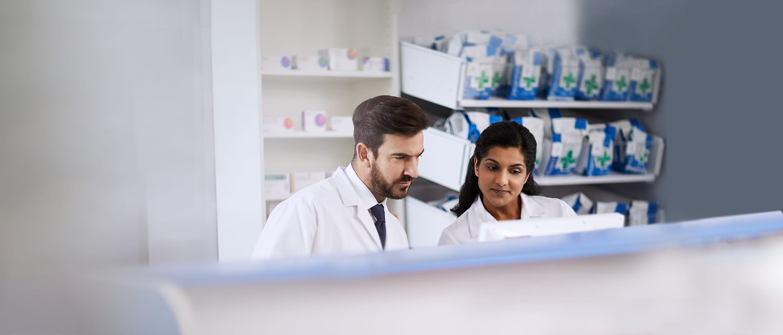 Muškarac i žena rade u ljekarni