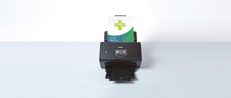 ADS Brother skener na bielom pozadí s lekárskymi záznamami vo vnútri