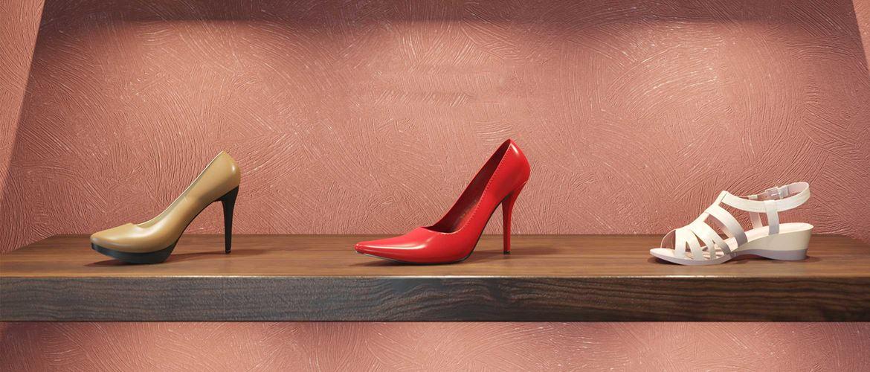 hnedé lodičky, červené lodičky a biele sandále na polici vo výklade