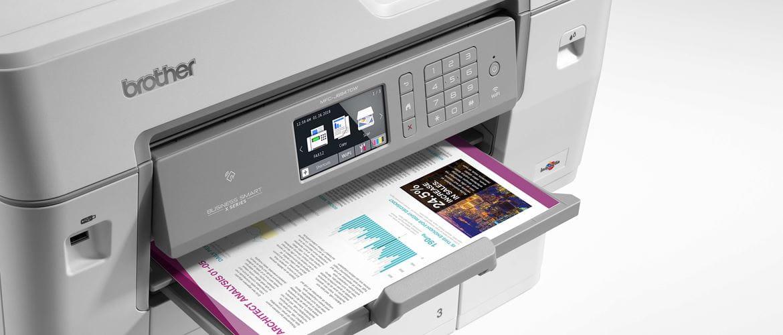 Brother MFC-J6947DW z wydrukowanym kolorowym dokumentem