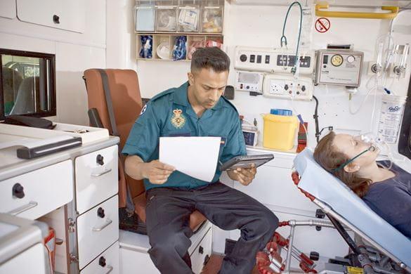 Paramedic folosind PJ7 cu tabletă