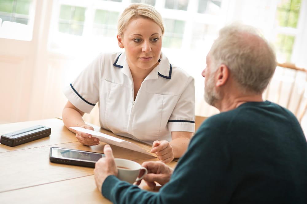 Pečovatel hovoří s domácím pacientem