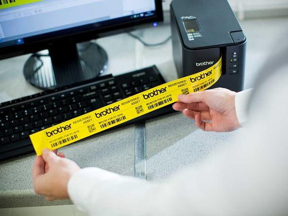 Drukowanie etykiet do oznaczania zasobów szpitalnych na drukarce Brother P-touch PT-P900W