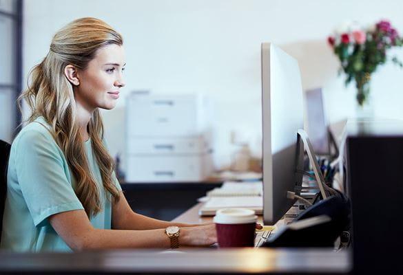 Kvinde, der kigger på computer
