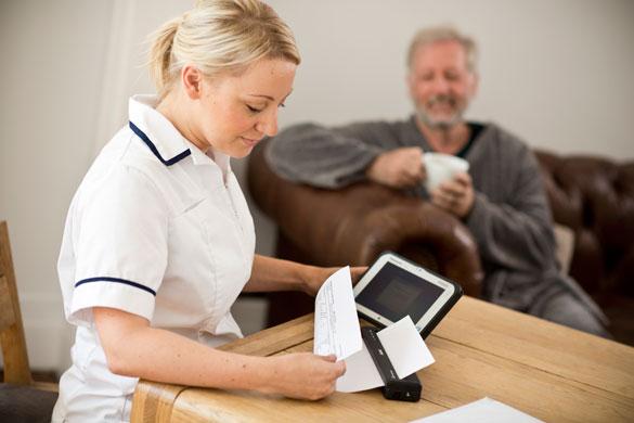 Pflegearbeiter druckt Dokument aus