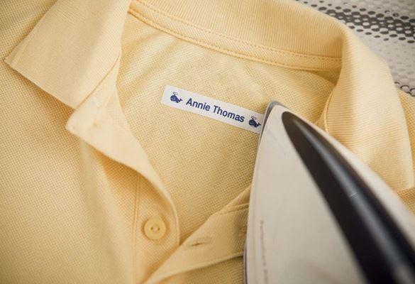 Dziecięca koszulka polo z naprasowaną etykietą przedstawiającą imię dziecka.