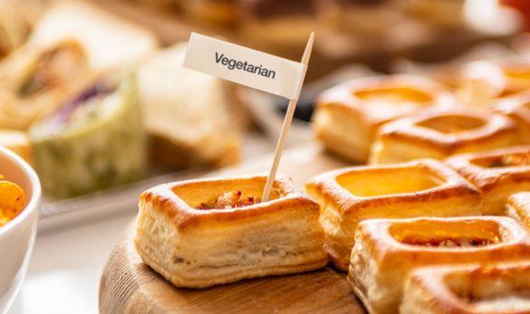 salatini di pasta sfoglia con etichetta alimentare su un tavolo buffet