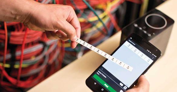 Cabel Label Tool app på smarttelefon med en utskrevet P-touch etikett