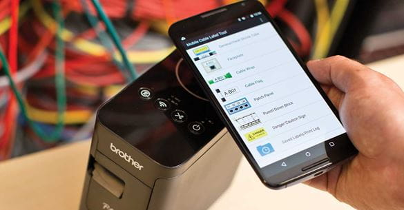 Pametni telefon prikazuje predloge v aplikaciji Brother Cable Label Tool