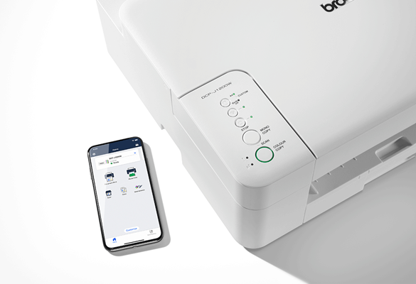 En mobiltelefon med Brother Mobile Connect app ved siden av en Brother DCPJ1200W blekkskriver