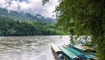 Fluss im Regenwald mit Booten
