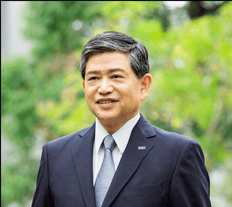 Ichiro Sasaki – izvršni direktor in predsednik uprave Brother Industries Ltd Japonska – portret v poslovni obleki in s kravato, v ozadju zelenje