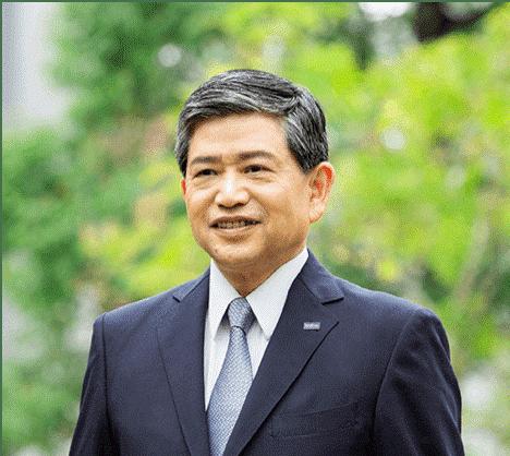 Ichiro Sasaki - dyrektor i prezes Brother Industries Ltd Japan - jest w garniturze i krawacie, na zielonym tle, portretowe zdjęcie korporacyjne