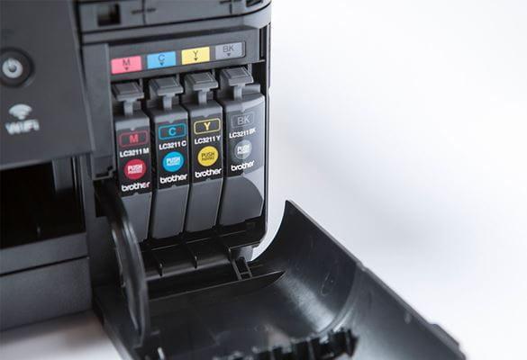 vier Tintenpatronen in einem Bruderdrucker