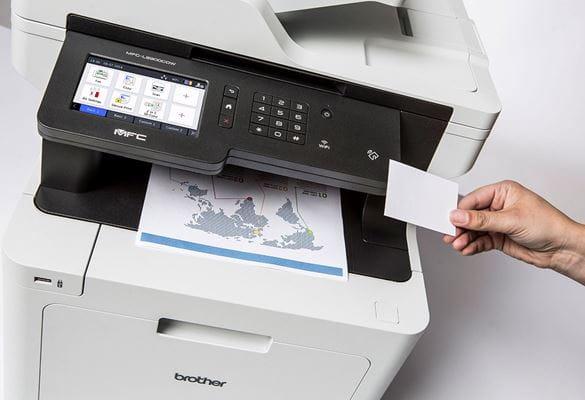 Oseba uporablja NFC-kartico za varno tiskanje dokumenta z barvne laserske večfunkcijske naprave Brother MFC-L8900CDW