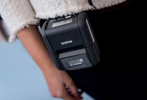 Nő RJ-2050 hordozható nyomtatóval, kéz, fehér kabát, fekete nadrág