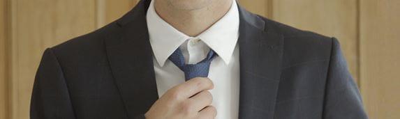 Mężczyzna w garniturze i krawacie