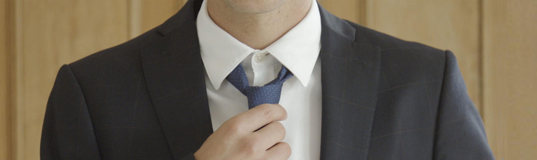 Barbat la costum cu cravata