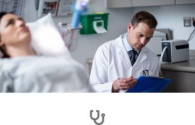 Medic consultând dosarul pacientei întinse pe pat, cu pictogramă de stetoscop