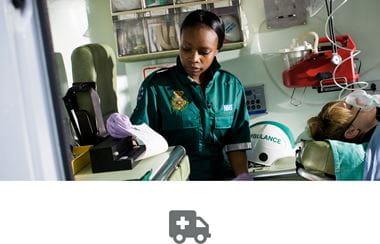 Zdravotník v sanitke tlačí záznam pacienta na prenosnej tlačiarni PJ Brother, sivá ikona sanitky