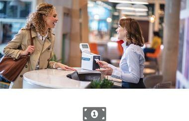 Žena na kasi poslužuje mušteriju