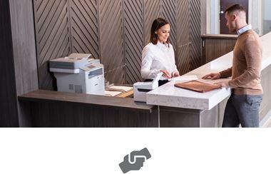 Kupac dobiva pomoć na odjelu usluga za potrošače, na šalteru laserski pisač i pisač naljepnica